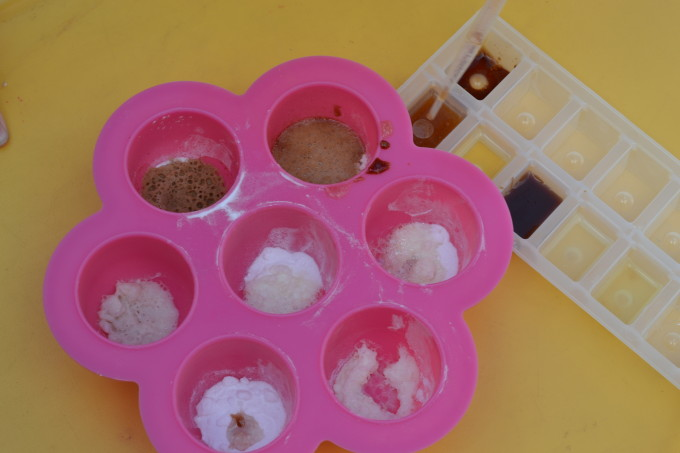 Test different substances to discover what reacts with baking soda #scienceforkids