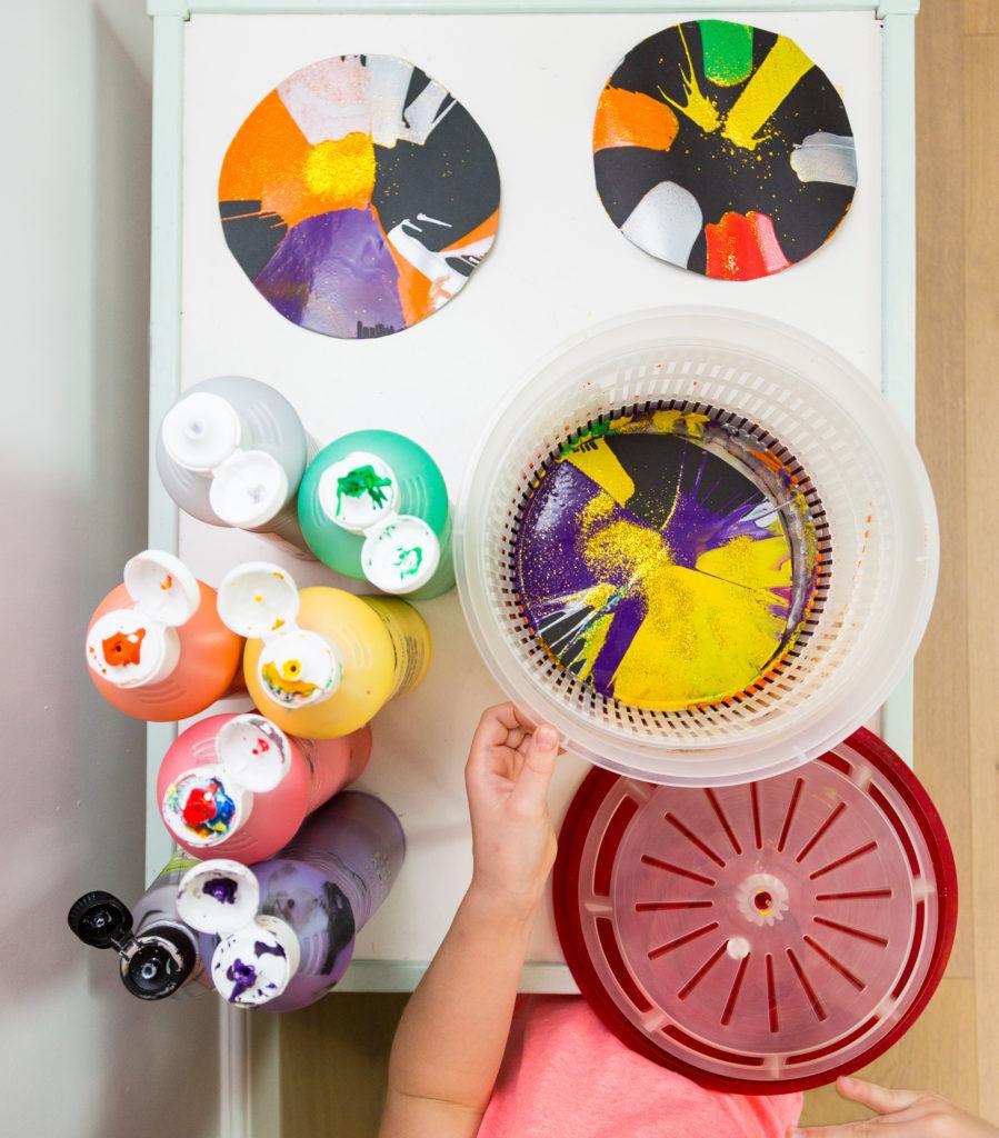 Easy firework craft - make spin art pictures using a salad spinner #fireworkcrafts #bonfirenightcrafts